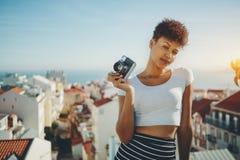 有减速火箭的照片照相机的两种人种的女孩在里斯本 免版税库存图片
