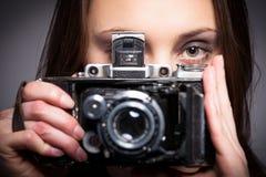 有减速火箭的照片照相机的女孩 库存图片