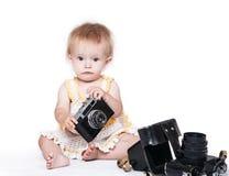 有减速火箭的照片照相机的逗人喜爱的女婴 免版税库存图片