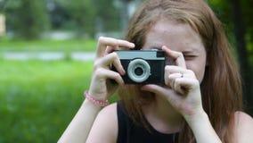 有减速火箭的照相机的少年女孩 影视素材