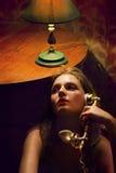 有减速火箭的电话的美丽的女孩时代第二十 免版税图库摄影