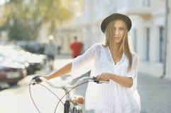 有减速火箭的自行车的女孩 免版税库存照片