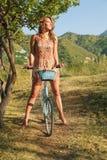 有减速火箭的自行车的少妇 免版税库存图片