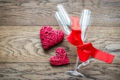 有减速火箭的藤茎心脏的两支长笛在木背景 免版税图库摄影