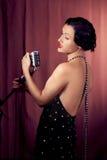 有减速火箭的话筒的女歌手 库存照片