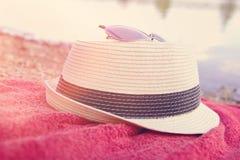 有减速火箭的过滤器的夏天帽子 免版税库存图片