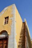 有减速火箭的门、窗口和狭窄的台阶上部的老房子 库存照片