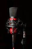 有减震支座的录音室红色话筒 免版税库存照片