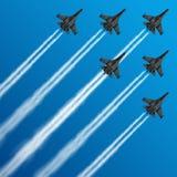 有凝结尾迹的军用喷气式歼击机在天空导航例证 向量例证