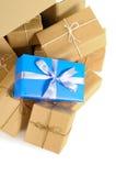 有几个包装纸小包的纸板箱和选拔独特的圣诞节或生日礼物 免版税库存照片