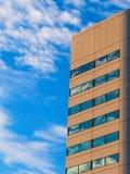 有几何被设计的Windows的摩天大楼在蓝天 免版税库存照片
