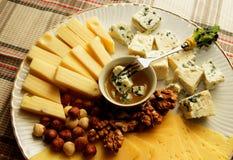 有几的乳酪盘子乳酪、坚果和蜂蜜,顶视图 库存图片