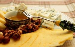有几的乳酪盘子乳酪、坚果和蜂蜜 库存图片