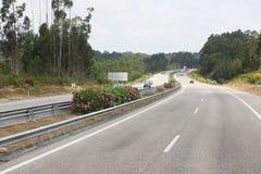 有几辆汽车的高速公路 免版税库存图片