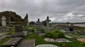 有凯尔特十字架的老爱尔兰坟园 免版税库存图片