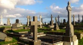 有凯尔特十字架的老爱尔兰坟园 库存图片