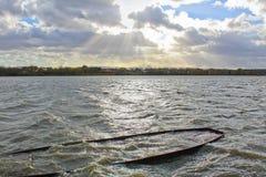 有凹下去的船和多云天空的池塘 捷克横向 免版税图库摄影
