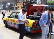 有出租汽车的访客 免版税图库摄影