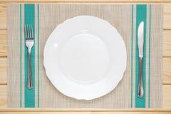 有刀子和叉子的白色板材 图库摄影