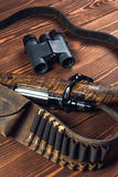 有刀子和双筒望远镜的狩猎设备在老木背景 免版税库存图片
