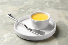 有刀子和碗的板材澄清了的黄油 免版税库存照片