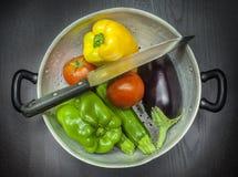 有刀子和菜的滤锅 免版税库存图片