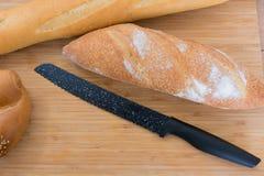 有刀子和面包的砧板 库存照片