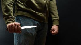 有刀子武器的罪犯威胁杀害 题字的空间 新闻staties,报纸,社会问题, 库存图片