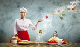有刀子的亚裔女性厨师 免版税库存图片