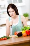 有刀子的女孩准备早餐 免版税库存图片