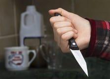 有刀子的女孩的手 库存照片