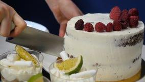 有刀子的手切草莓 在白烹调委员会的莓果 点心的新鲜的成份 工作在的厨师 免版税库存照片