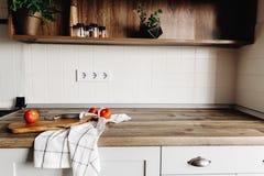 有刀子的,在现代厨房工作台面a的蕃茄木板 库存照片