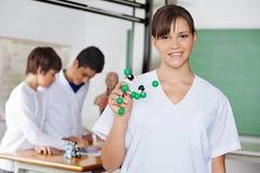 有分子结构的愉快的高中学生 库存照片