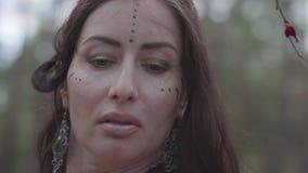 有分支花圈的美丽的年轻女人在头的在森林神仙服装或在森林陈列的树精跳舞 股票视频