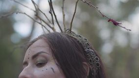 有分支花圈的美丽的年轻女人在头的在森林神仙服装或在森林陈列的树精跳舞 股票录像