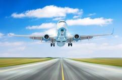 有分裂短弯刀的飞机航空器飞过飞行离开在一条跑道的着陆速度行动与积云clou的好天气的 库存图片