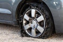 有分解的,切细的和损坏的橡胶的盛开的轮胎 免版税库存照片