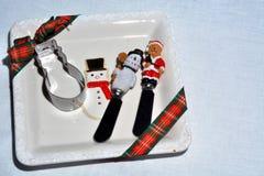 有切削刀和牛油刀的曲奇饼板材 免版税库存图片