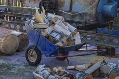 有切削的桦树木柴的装货台车 免版税图库摄影