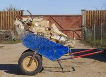 有切削的桦树木柴的装货台车 免版税库存图片