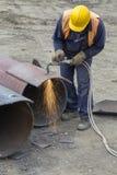有切割吹管的焊工工作者 免版税图库摄影
