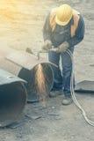 有切割吹管的2焊工工作者 免版税库存图片