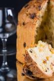 有切片的可口整个意大利节日糕点。 库存图片