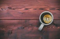 有切片的茶杯在木背景的柠檬 文本的赠送阅本空间 免版税库存图片