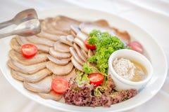 有切的火腿、香肠、肉、蕃茄、辣根、parskey用草本和匙子可口片断的肉板材  关闭与 图库摄影