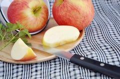 有切的苹果片断的刀子  免版税图库摄影