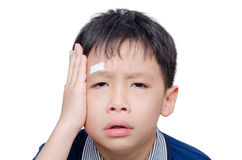 有创伤的男孩在膏药的顶头盖子 库存图片