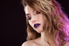 有创造性的年轻美丽的女孩组成 可爱的金发碧眼的女人,特写镜头 免版税图库摄影