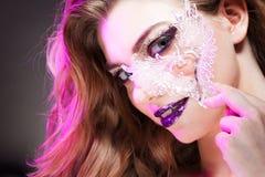 有创造性的年轻美丽的女孩组成 可爱的金发碧眼的女人,特写镜头 免版税库存图片
